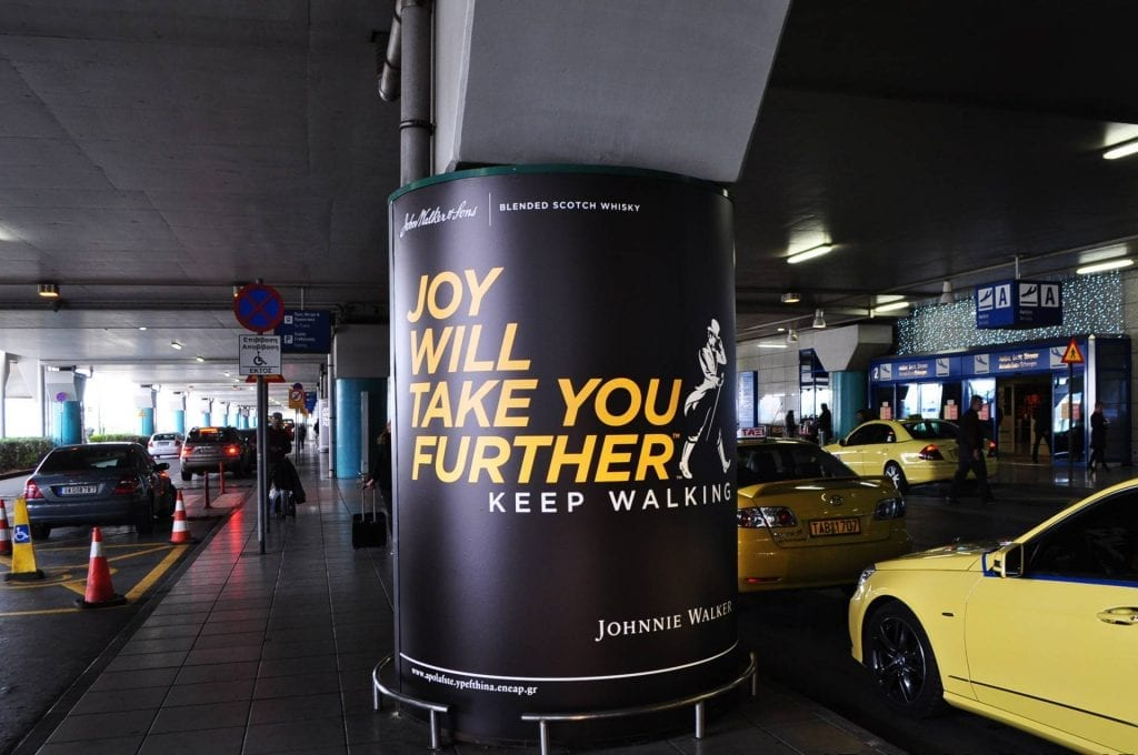 διαφημιστικές πινακίδες στον Διεθνή Αερολιμένα Αθηνών Ελευθέριος Βενιζέλος